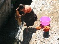 Mujer lavando en el lavadero de Xaouen